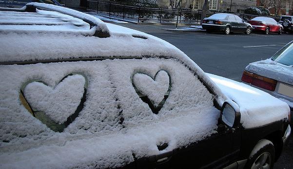Coche con corazones de nieve