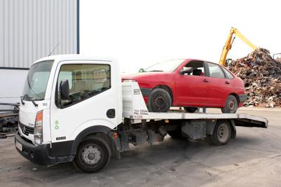 Entrada de un vehículo al desguace